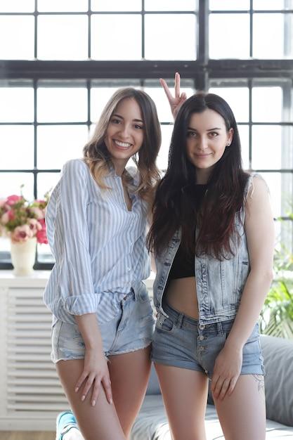Due giovani donne che vanno in giro insieme Foto Gratuite