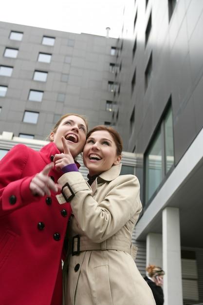 Due giovani donne felici in inverno Foto Premium