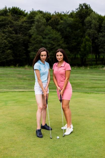 Due giovani donne sul campo d'oro Foto Gratuite