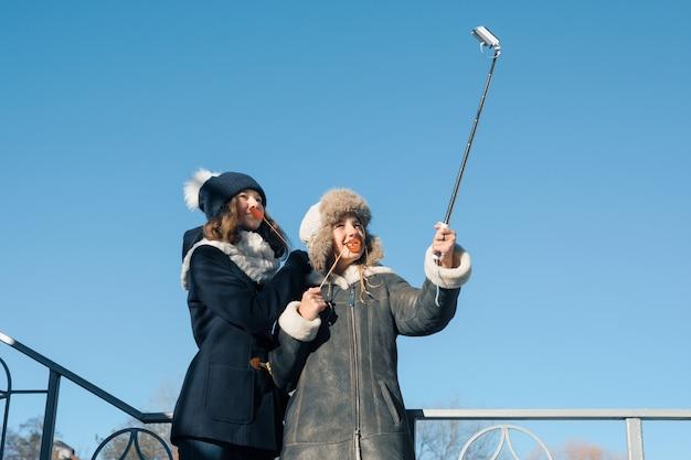 Due giovani ragazze adolescenti divertirsi all'aperto Foto Premium