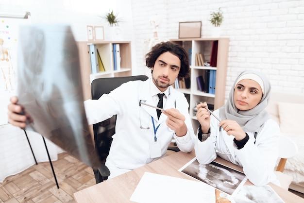 Due medici stanno esaminando una radiografia di un paziente malato. Foto Premium