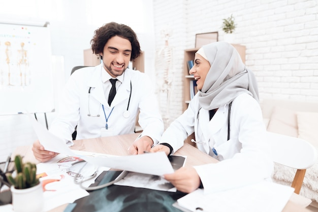Due medici stanno studiando i documenti del paziente. Foto Premium