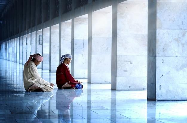 Due musulmani religiosi pregando insieme Foto Premium
