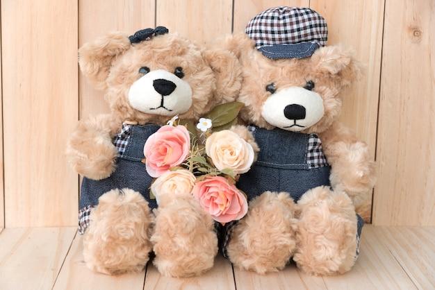 Due orsi di orsacchiotto su sfondo di legno Foto Gratuite