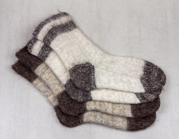 Due paia di calzini di lana da uomo su un primo piano sfondo grigio Foto Premium
