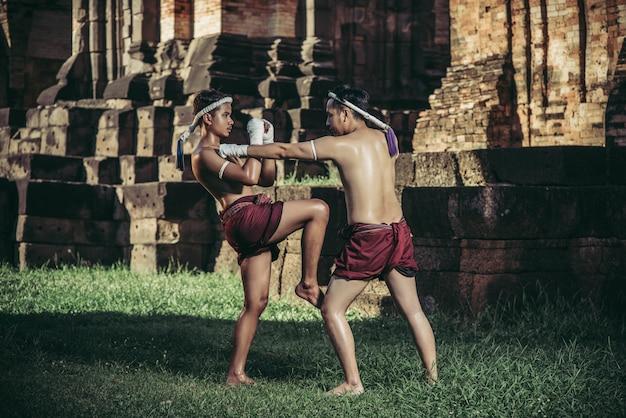 Due pugili combattono con le arti marziali di muay thai. Foto Gratuite