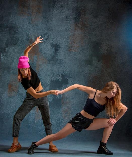 Due ragazze attraenti che ballano twerk dentro Foto Gratuite