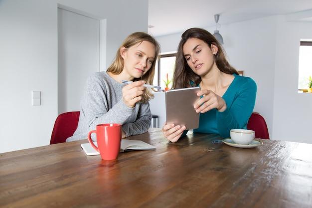 Due ragazze che fanno acquisti online insieme Foto Gratuite