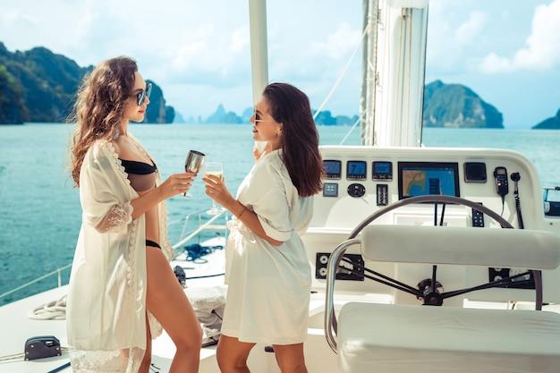 Due ragazze che festeggiano un compleanno sullo yacht Foto Premium