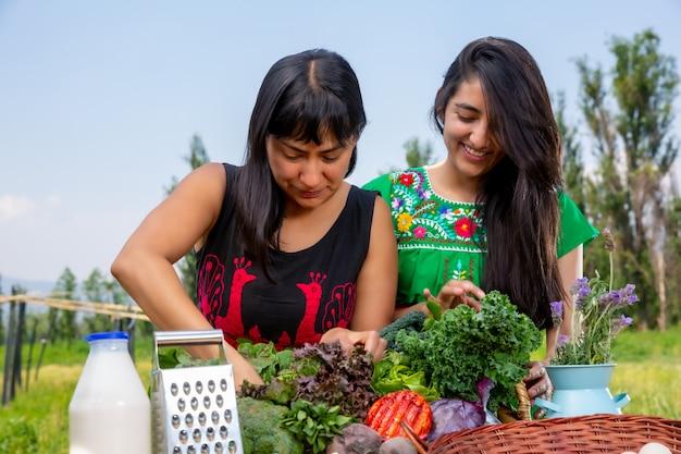 Due ragazze e un cesto di verdure fresche Foto Premium