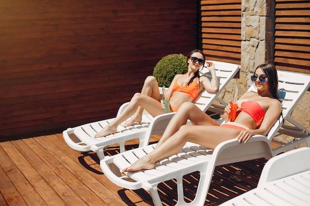 Due ragazze eleganti e alla moda in un resort Foto Gratuite