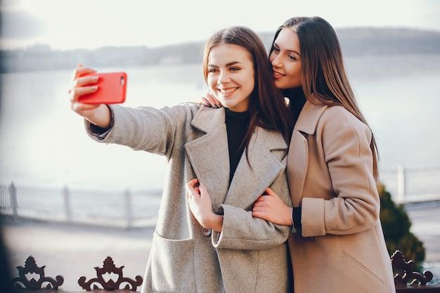 Due ragazze eleganti riposano in una città Foto Gratuite