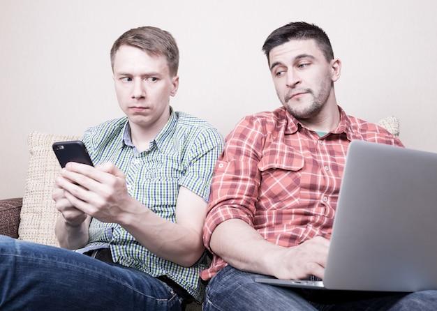 Due ragazzi che usano i gadget Foto Premium