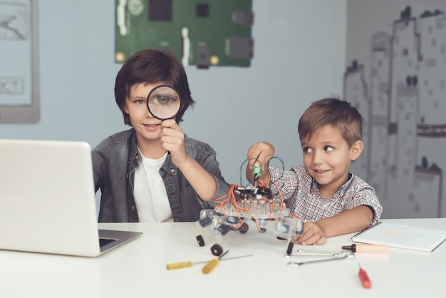 Due ragazzi stanno posando e guardando la telecamera. Foto Premium