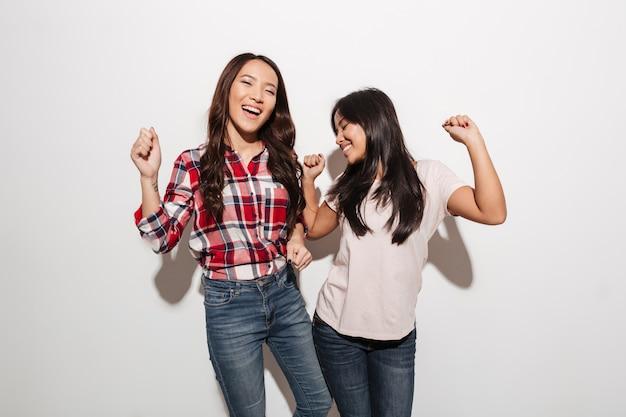 Due sorelle asiatiche piuttosto emotive delle signore Foto Gratuite