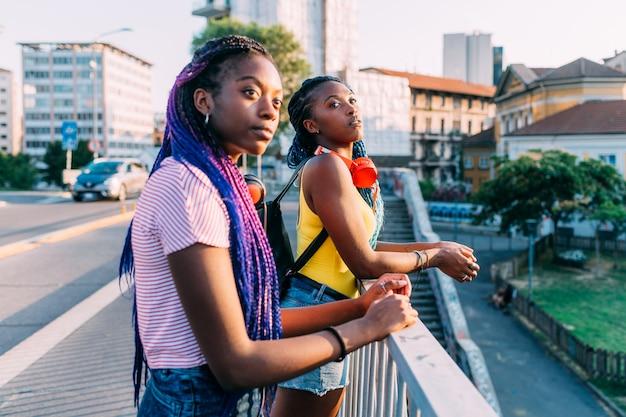 Due sorelle delle donne che propongono città all'aperto che osserva via Foto Premium
