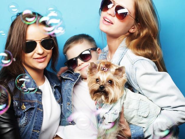 Due sorelle e fratelli con l'yorkshire terrier Foto Premium