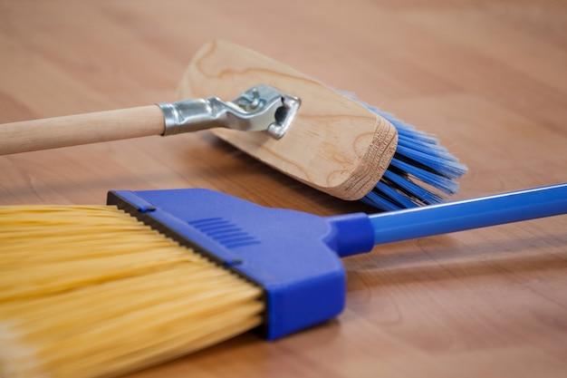 Due spazzole sul pavimento di legno Foto Premium