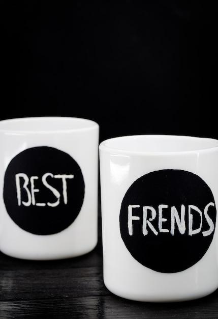 Due tazze bianche con la scritta Foto Gratuite