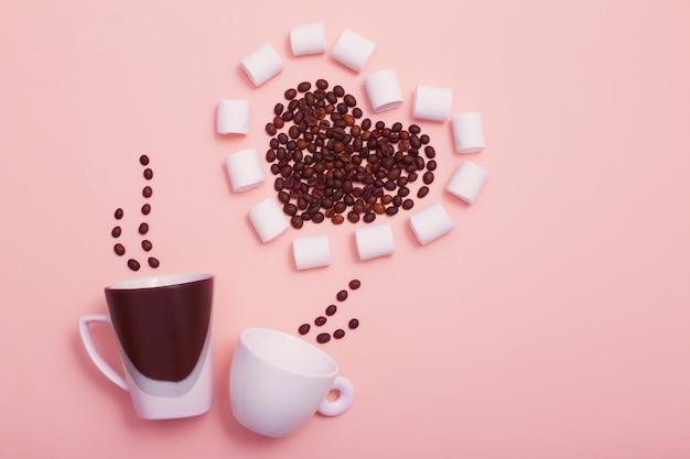 Due tazze con chicchi di caffè a forma di cuore Foto Premium