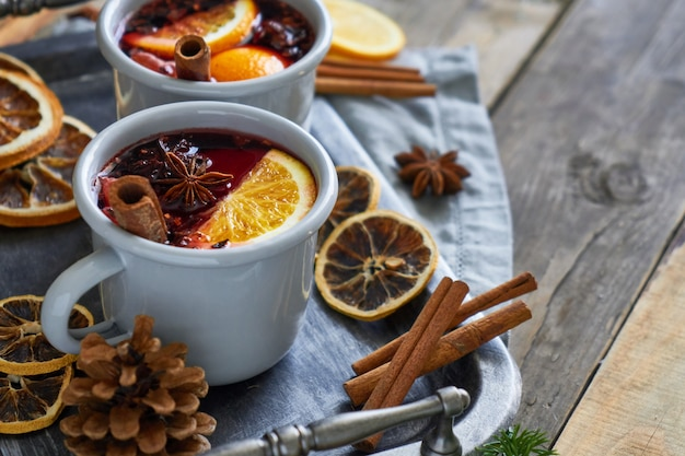 Due tazze con vin brulè natalizio con agrumi e spezie Foto Premium