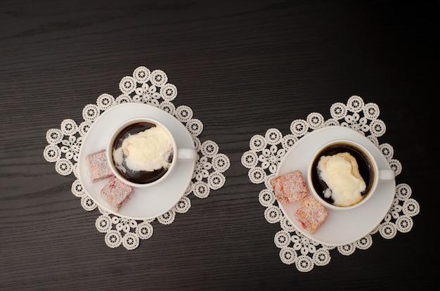 Due tazze di caffè con gelato. vista dall'alto, sfondo nero Foto Premium