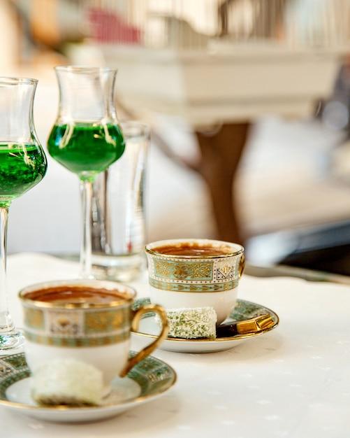 Due tazze di caffè turco servito con dolci Foto Gratuite