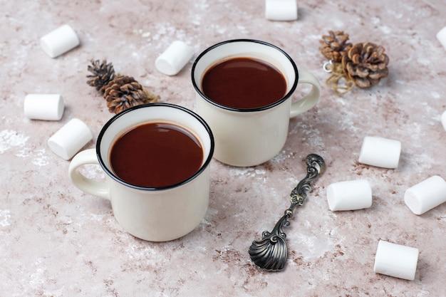 Due tazze di cioccolata calda con marshmallow sul tavolo Foto Gratuite