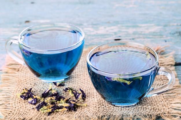 Due tazze di piselli butterfly (pisello, pisello blu) per bere sano Foto Premium