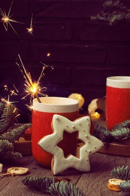 Due tazze rosse con caffè e caramelle gommosa e molle Foto Premium