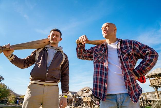 Due uomini con pipistrelli in natura Foto Premium