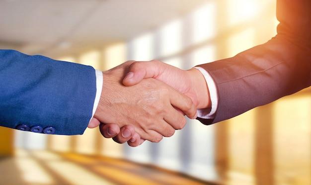 Due uomini d'affari si stringono la mano Foto Premium