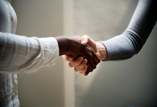 Due uomini d'affari si stringono la mano Foto Gratuite