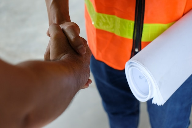 Due uomini stringono la mano dopo aver concluso un accordo o un lavoro da vicino Foto Premium