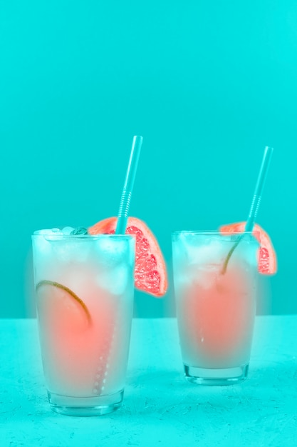 Due vetri del cocktail del pompelmo del rinfresco sulla priorità bassa della menta Foto Gratuite