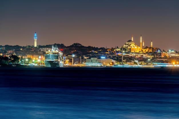 È la città e la moschea di tanbul alla notte in turchia. e yacht Foto Premium
