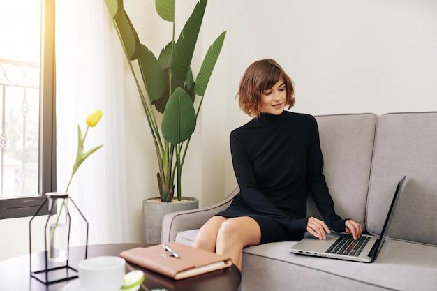 E-mail di risposta della giovane donna graziosa Foto Premium