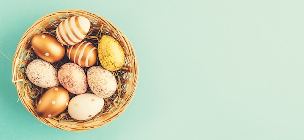 Easter flat lay of eggs in nest Foto Gratuite