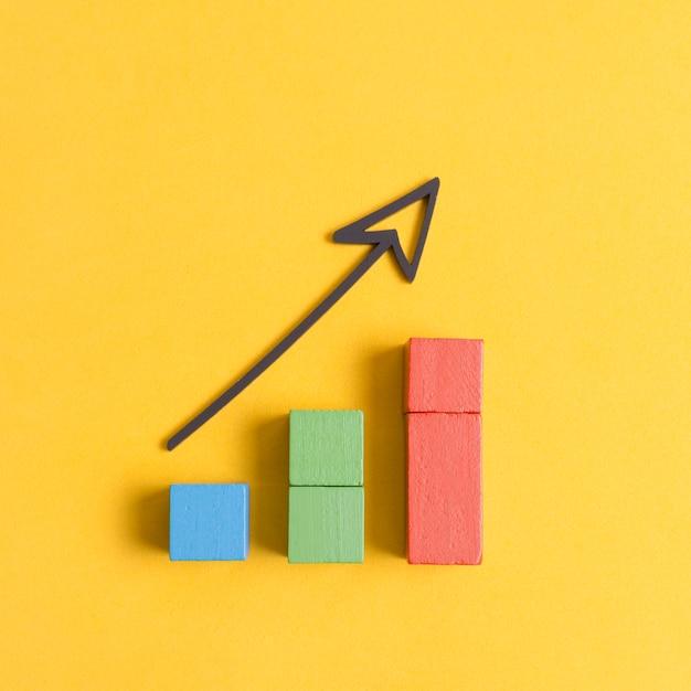 Economia di crescita aziendale con freccia e cubi Foto Gratuite