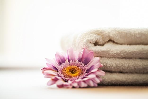 Edifici e architettura spa. asciugamani di cotone bianco uso nel bagno spa. concetto di asciugamano. foto per hotel e sale massaggi. purezza e morbidezza. asciugamano tessile. Foto Premium