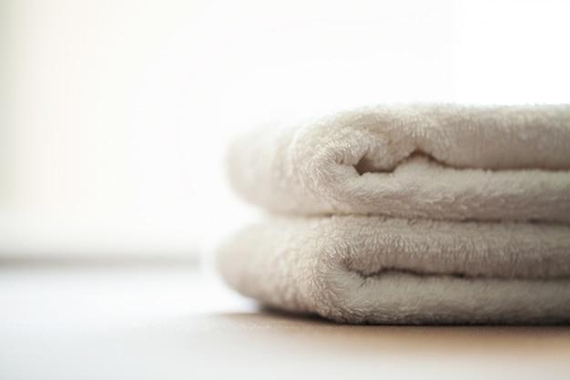 Edifici e architettura spa, asciugamani in cotone bianco uso nel bagno spa Foto Premium