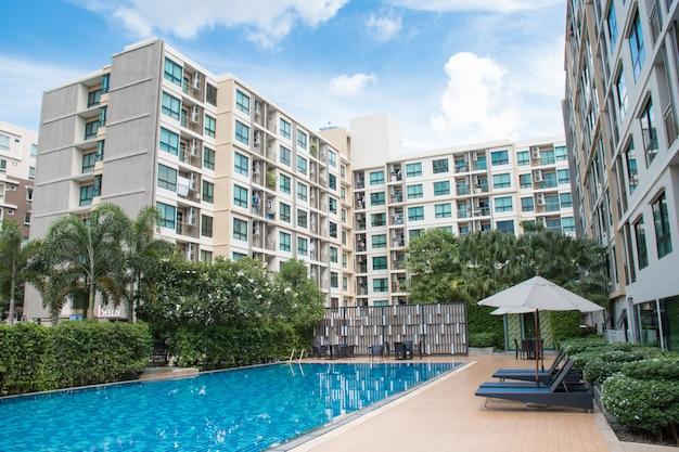 Edificio a 8 piani in condominio residenziale con piscina nel mezzo dell'edificio Foto Premium