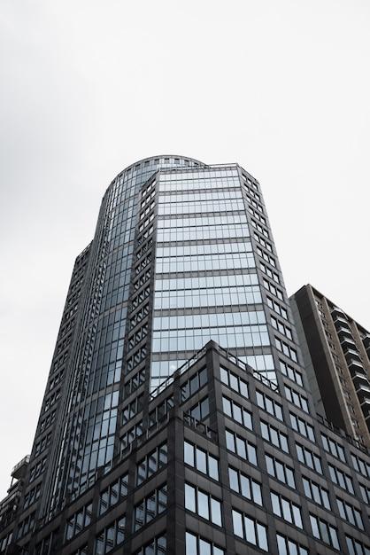 Edificio alto in vetro a basso angolo Foto Gratuite