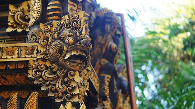 Edificio balinese con cancello guardiano statua Foto Premium
