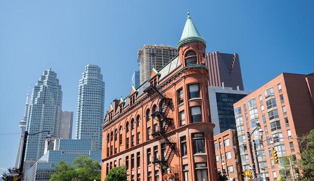 Edificio di gooderham e orizzonte di toronto in canada Foto Premium