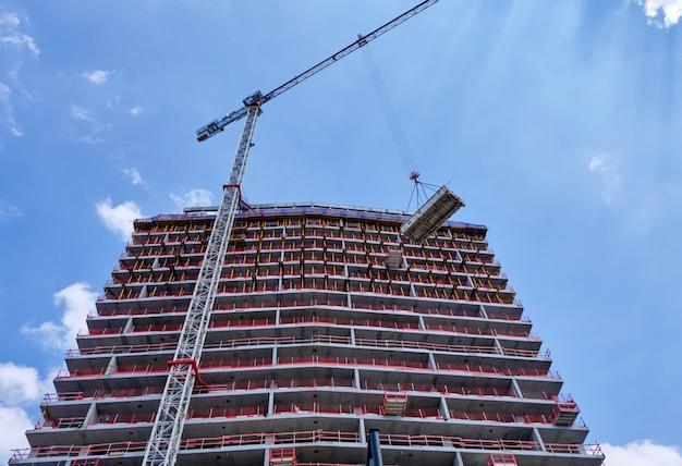 Edificio in costruzione. gru che lavora ad anversa, in belgio Foto Premium