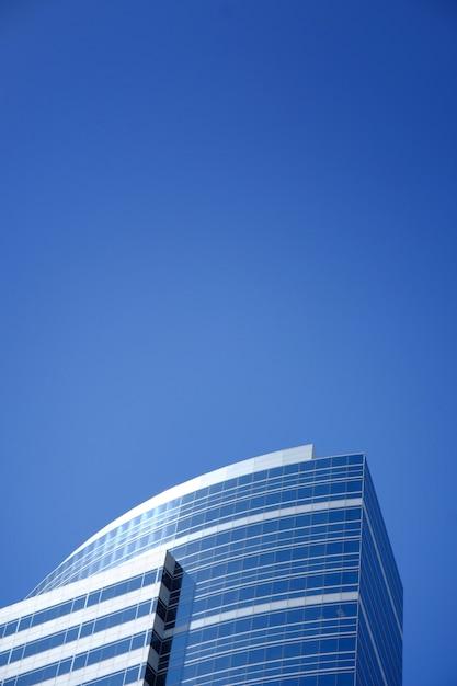 Edificio moderno business toccando il cielo limpido Foto Gratuite