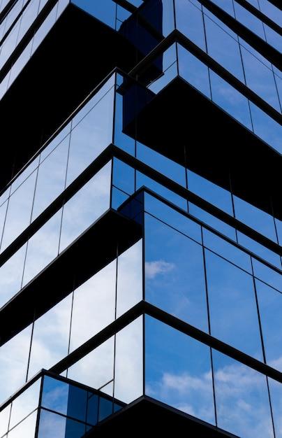 Edificio moderno in una facciata di vetro Foto Gratuite