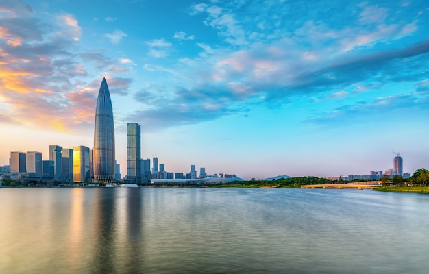 Edificio per uffici moderno dell'edificio e orizzonte urbano nel distretto finanziario di shenzhen Foto Premium