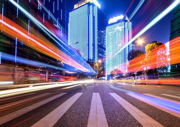 Effetto della velocità di movimento con night city Foto Gratuite